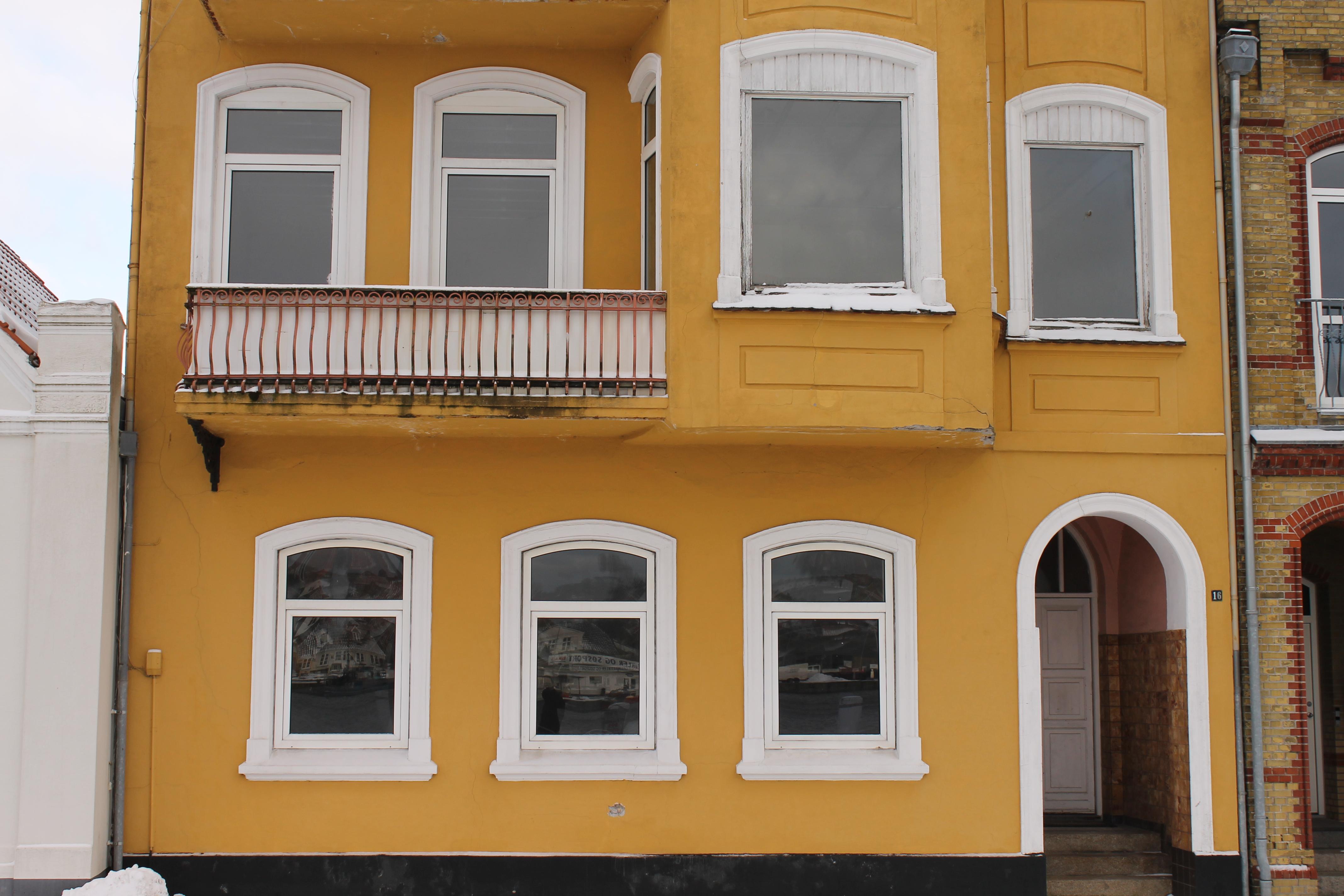 vinduer til en gammel bygning